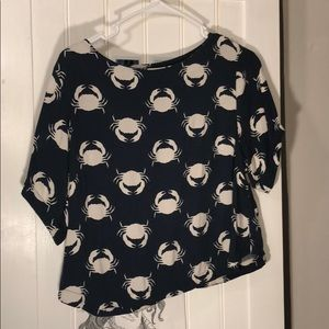 Short blouse with crab print.